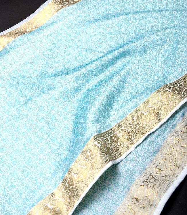 ボーダー入り 光沢スカーフ・デコレーション布 - 唐草・白×緑の写真2 - 拡大写真です。光沢のある素材感で高級感があります。柄もインドらしくて素敵です。