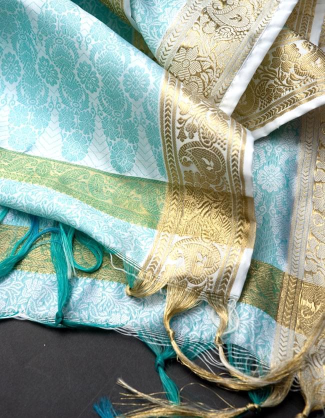 ボーダー入り 光沢スカーフ・デコレーション布 - 唐草・白×緑の写真4 - 縁の部分の写真です。フリンジと布の色の組み合わせ綺麗です。