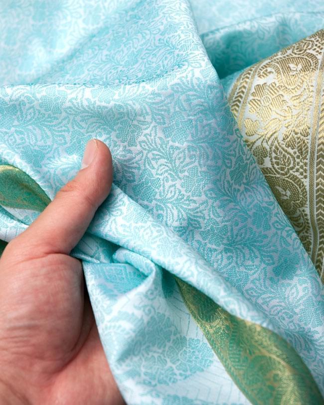 ボーダー入り 光沢スカーフ・デコレーション布 - 唐草・白×緑の写真5 - 手でもってみたところです。光沢生地と金色の刺繍がとっても良い組み合わせです。