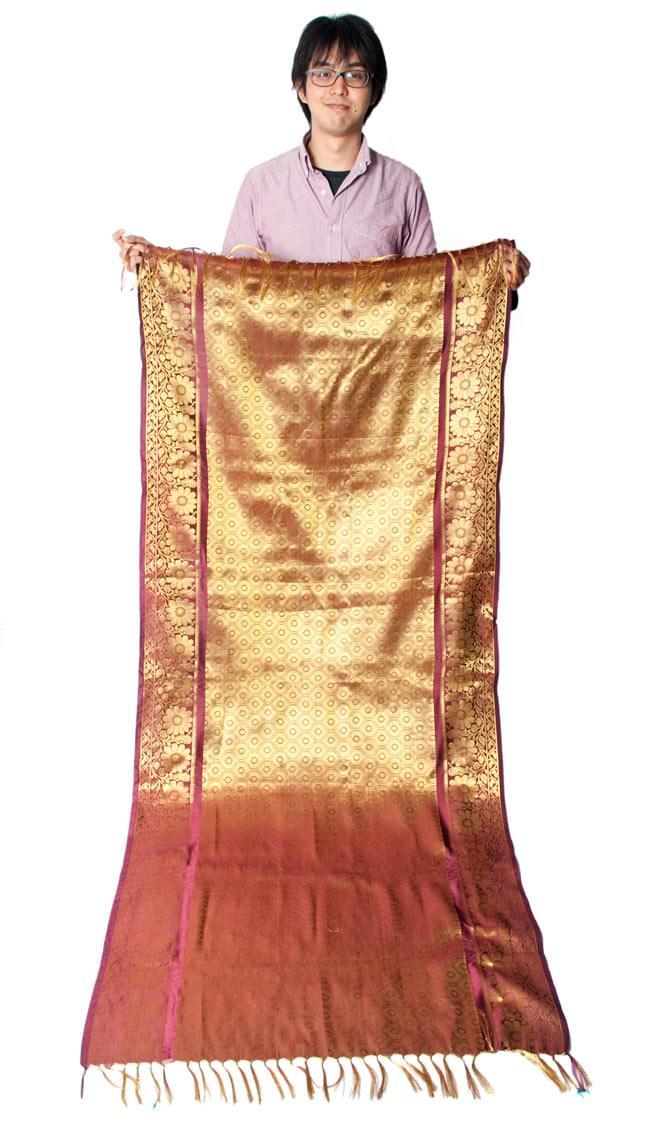 【大判】金色刺繍の光沢デコレーション布 - エメラルドの写真6 - 身長172cmの男性スタッフが持ってみました。大きさがわかりますね。(こちらは同じデザインの色違いです)