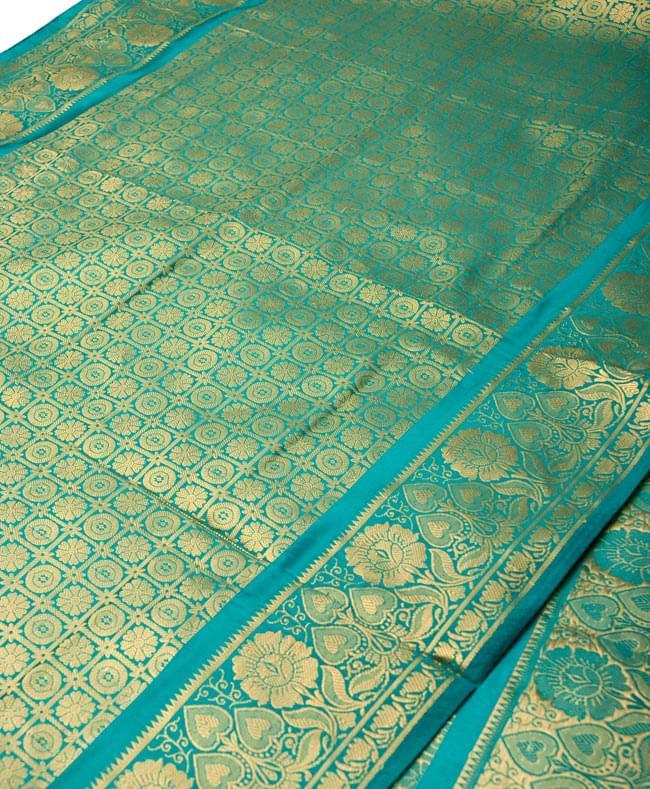 【大判】金色刺繍の光沢デコレーション布 - エメラルドの写真2 - 拡大写真です。光沢のある素材感で高級感があります。柄もインドらしくて素敵です。