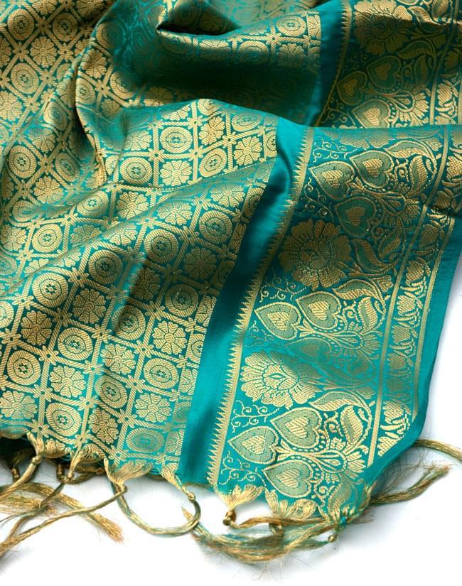 【大判】金色刺繍の光沢デコレーション布 - エメラルドの写真4 - 縁の部分の写真です。フリンジと布の色の組み合わせ綺麗です。