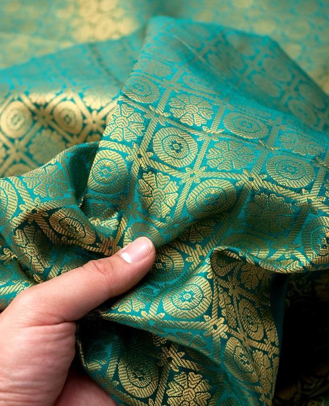 【大判】金色刺繍の光沢デコレーション布 - エメラルドの写真5 - 手でもってみたところです。光沢生地と金色の刺繍がとっても良い組み合わせです。大きいので手作りバッグやお洋服などDIY用の、生地としても!