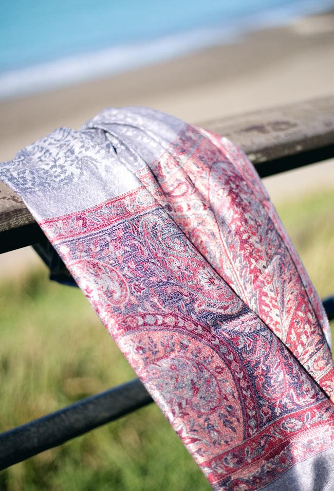 〔200cm×70cm〕インド更紗 伝統チンツ柄ストール - Mixの写真10 - 一部に光沢糸が使われているので、時間帯や光源によって印象がかわります。