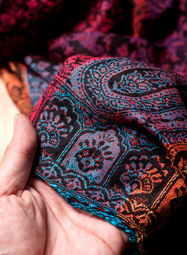 〔200cm×70cm〕インド更紗 伝統チンツ柄ストール - Mixの写真6 - 肌触りはチクチクしないので、ウールのマフラーなどが苦手なお客様へもオススメです!