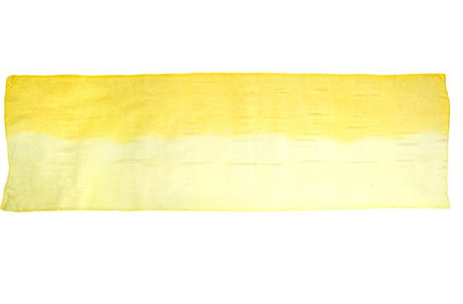 ガーゼ生地のグラデーション スカーフ【黄色】の写真3 - 平面に置いて撮影しました