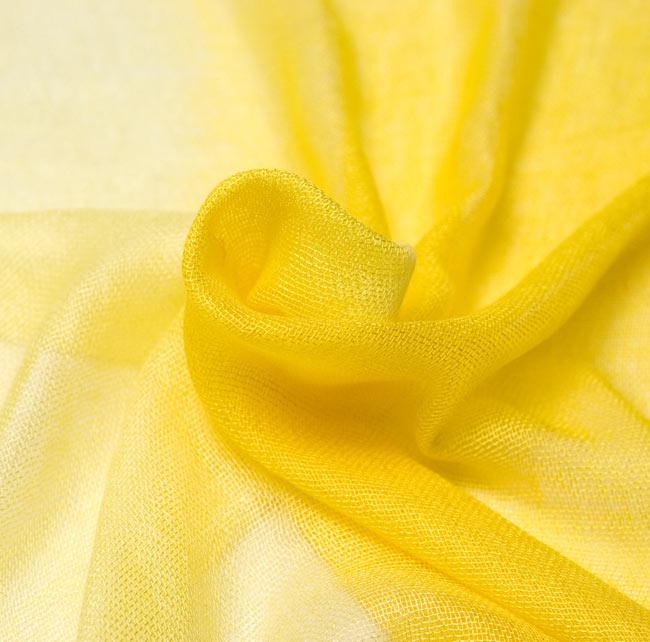 ガーゼ生地のグラデーション スカーフ【黄色】の写真7 - くしゃっとさせて撮影しました。