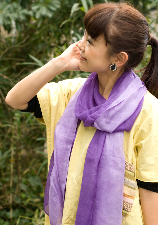 ガーゼ生地のグラデーション スカーフ【黄色】の写真8 - 実際に着用してみました。なお、こちらは別の色で、お送りする商品は上の写真のものになります