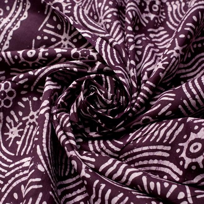 〔185cm*115cm〕インドのコットンバティック 伝統ろうけつ染め布 - 紫檀色の写真4 - 布をクシュクシュっとしてみました