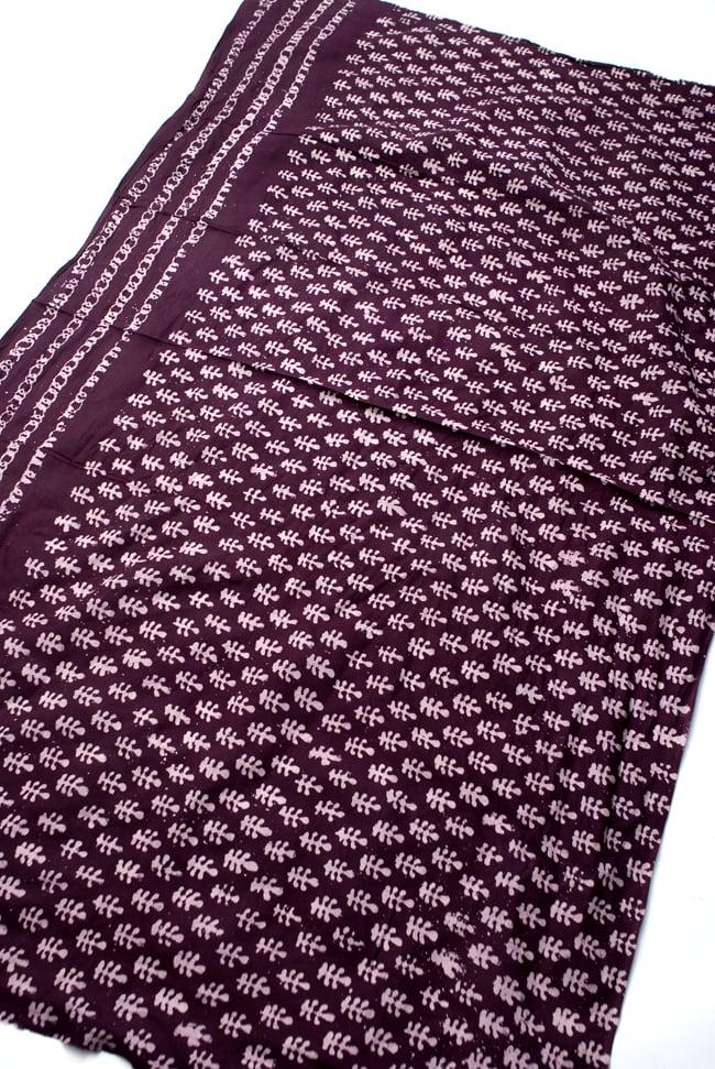 〔185cm*115cm〕インドのコットンバティック 伝統ろうけつ染め布 - 紫檀色の写真2 - 全体写真です。お部屋をアジアンな雰囲気にしてくれます。