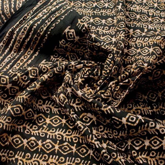 〔185cm*115cm〕インドのコットンバティック 伝統ろうけつ染め布 - 深緑の写真4 - 布をクシュクシュっとしてみました