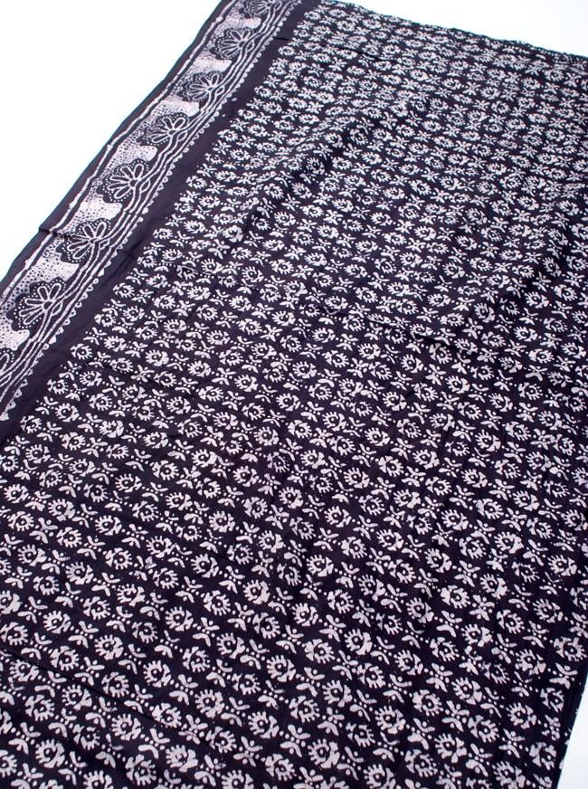 〔185cm*115cm〕インドのコットンバティック 伝統ろうけつ染め布 - 紫の写真2 - 全体写真です。お部屋をアジアンな雰囲気にしてくれます。