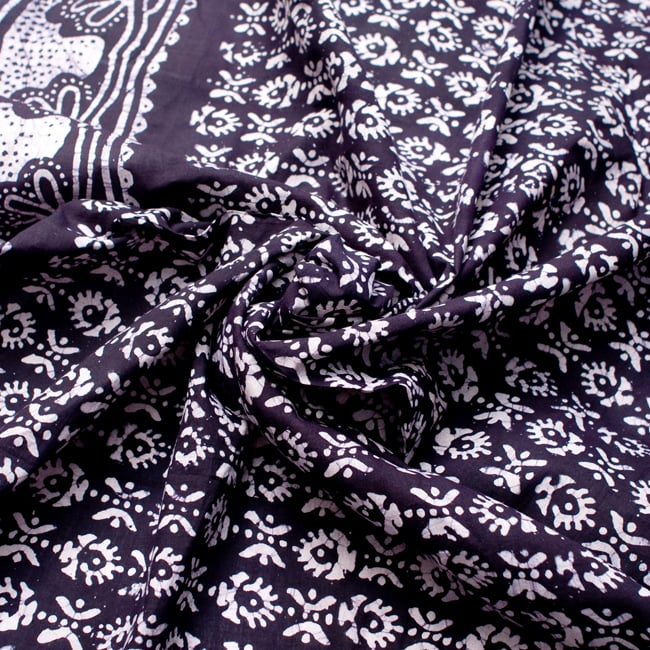 〔185cm*115cm〕インドのコットンバティック 伝統ろうけつ染め布 - 紫の写真4 - 布をクシュクシュっとしてみました