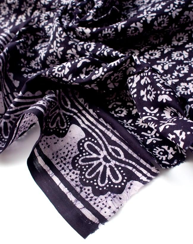 〔185cm*115cm〕インドのコットンバティック 伝統ろうけつ染め布 - 紫の写真5 - フチの写真です。ざっくりと裁断されていますが、そこまで気にならないと思います。