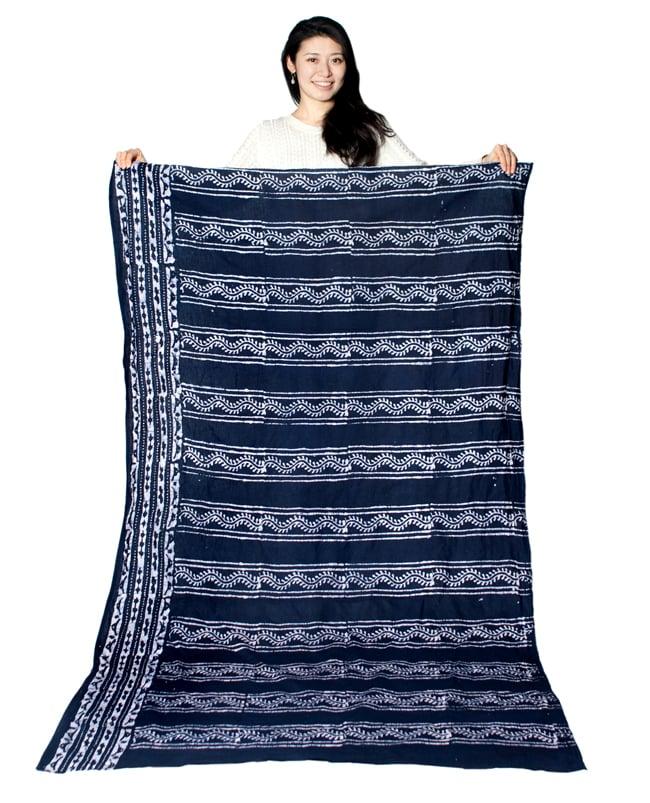〔185cm*115cm〕インドのコットンバティック 伝統ろうけつ染め布 - 紫の写真7 - モデルさんに色違いの布を持ってもらったところです。(以下は同ジャンル品の写真となります)