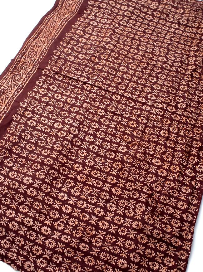 〔185cm*115cm〕インドのコットンバティック 伝統ろうけつ染め布 - 茶色の写真2 - 全体写真です。お部屋をアジアンな雰囲気にしてくれます。
