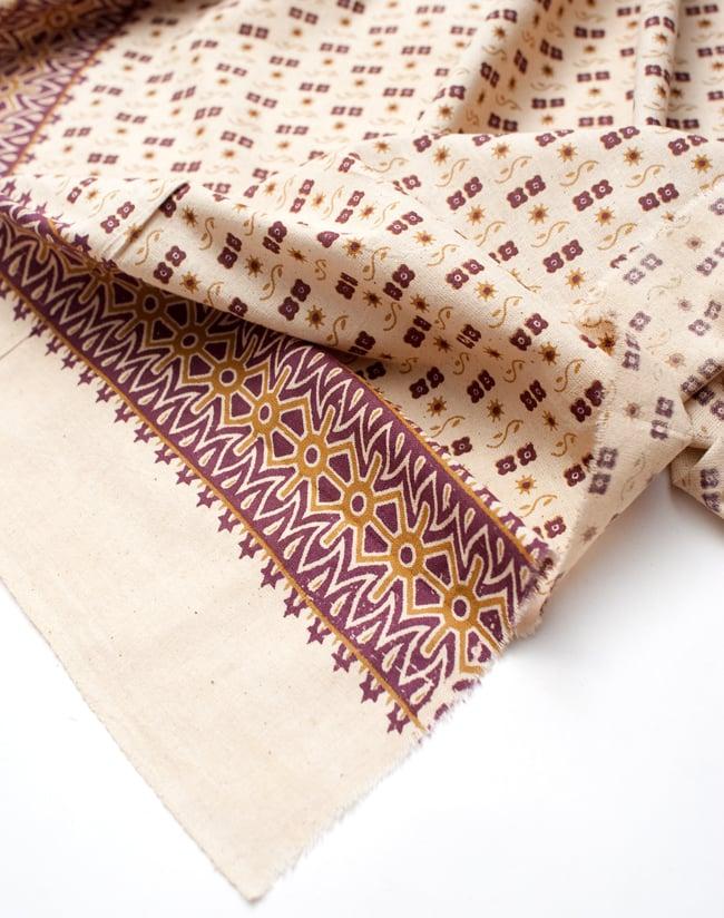 〔180cm*120cm〕インドの伝統柄 更紗模様プリント布の写真5 - フチの写真です。ざっくりと裁断されていますが、そこまで気にならないと思います。