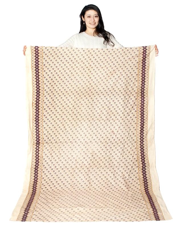 〔180cm*120cm〕インドの伝統柄 更紗模様プリント布の写真7 - モデルさんに色違いの布を持ってもらったところです。(以下は同ジャンル品の写真となります)