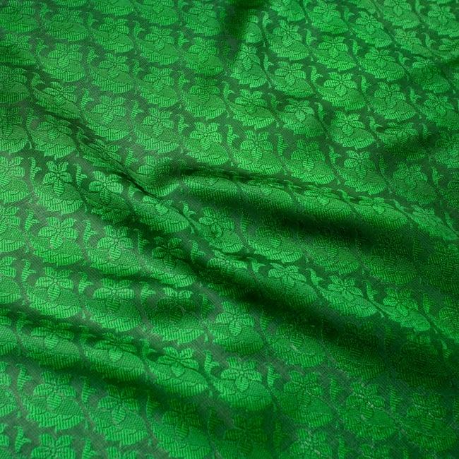 光沢ペイズリー シルク風ファブリック[濃緑系] 3 - 中心付近のパターンを拡大して撮った写真です。インドの伝統的な、生命の息吹を感じさせる更紗模様やペイズリー柄などが入っています。