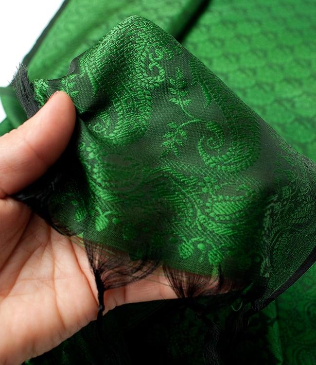 光沢ペイズリー シルク風ファブリック[濃緑系] 6 - 手に持ってみたところです。角度によって色合いや雰囲気が変わり、存在感のある布です。