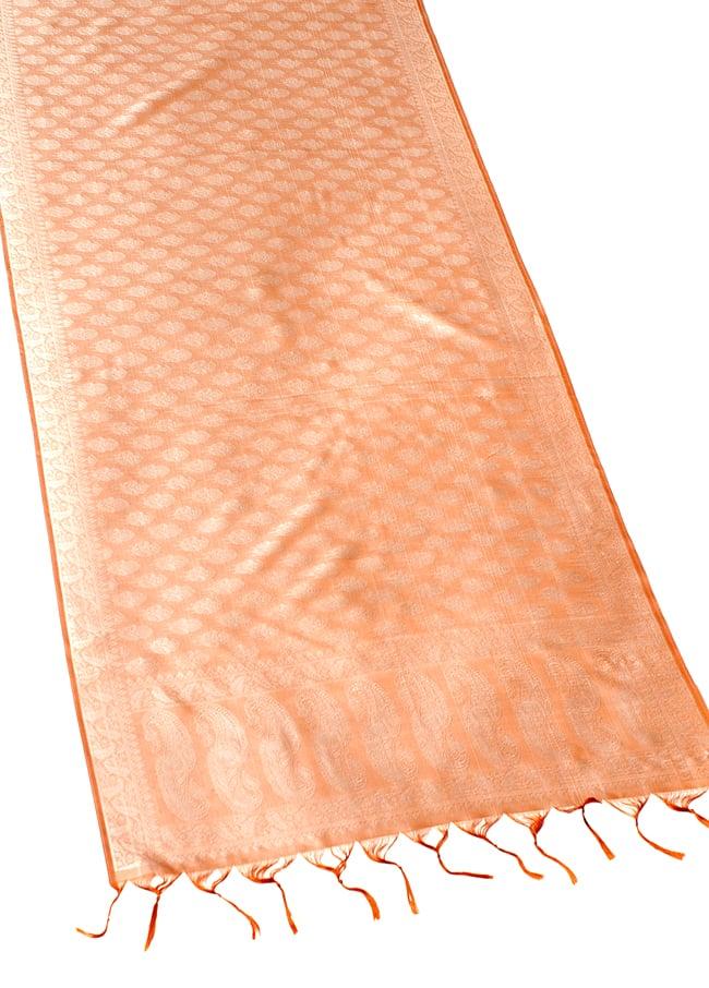 光沢ペイズリー シルク風ファブリック[薄茶系] 2 - 広げた写真です。長い布なのでインテリアなどのデコレーション用としてもオススメです。