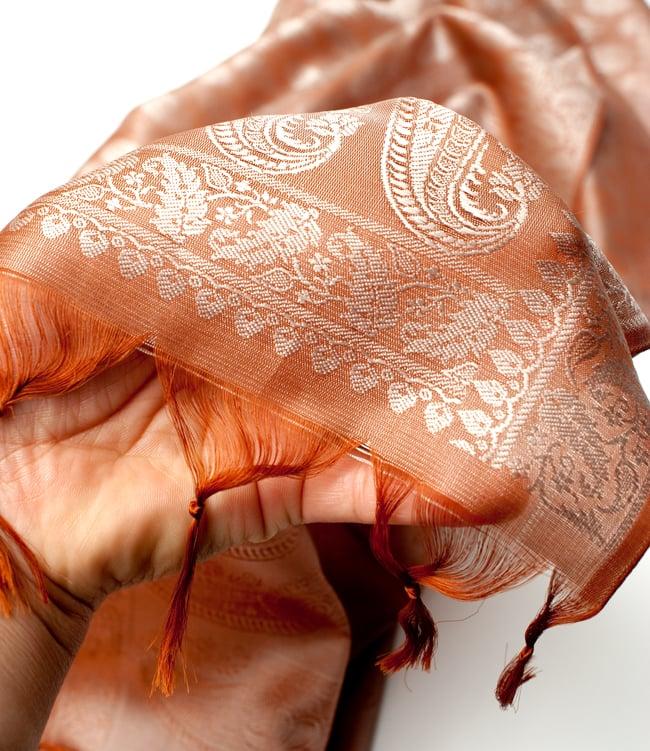 光沢ペイズリー シルク風ファブリック[薄茶系] 6 - 手に持ってみたところです。角度によって色合いや雰囲気が変わり、存在感のある布です。