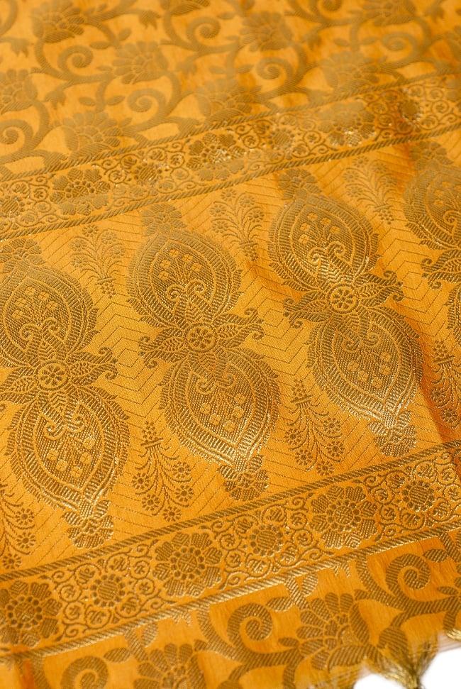 [大判]金色刺繍のデコレーション布 - 唐草・黄色の写真3 - 端に近い方の部分の拡大写真です。エスニックな文様が美しいですね。