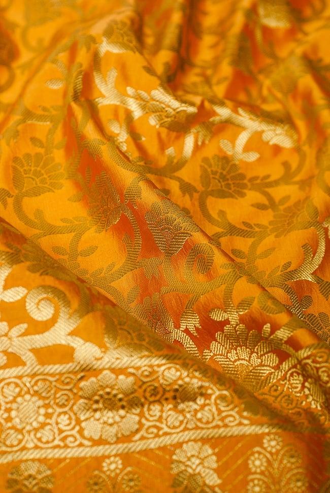 [大判]金色刺繍のデコレーション布 - 唐草・黄色の写真5 - この生地の特徴は光沢感です!ツヤツヤとした触り心地で、陰影がハッキリと出るので、陽の光や照明にとっても映えます。