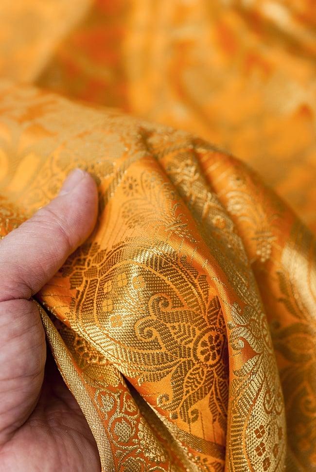 [大判]金色刺繍のデコレーション布 - 唐草・黄色の写真6 - 手でもってみたところです。光沢生地と金色の刺繍がとっても良い組み合わせです。