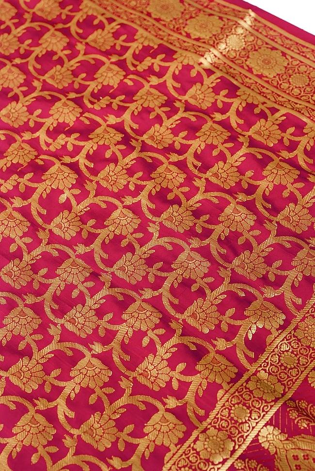 (大判)金色刺繍のデコレーション布 - 唐草・赤 2 - 中央部分周辺の拡大写真です。光沢のある素材感で高級感があります。柄もインドらしくて素敵です。