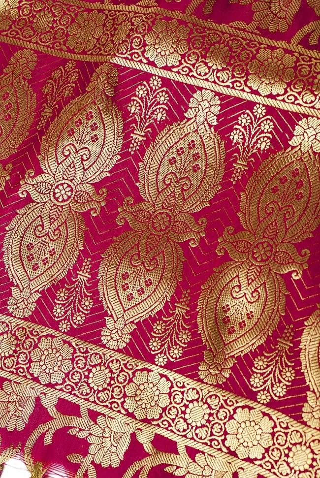 (大判)金色刺繍のデコレーション布 - 唐草・赤 3 - 端に近い方の部分の拡大写真です。エスニックな文様が美しいですね。