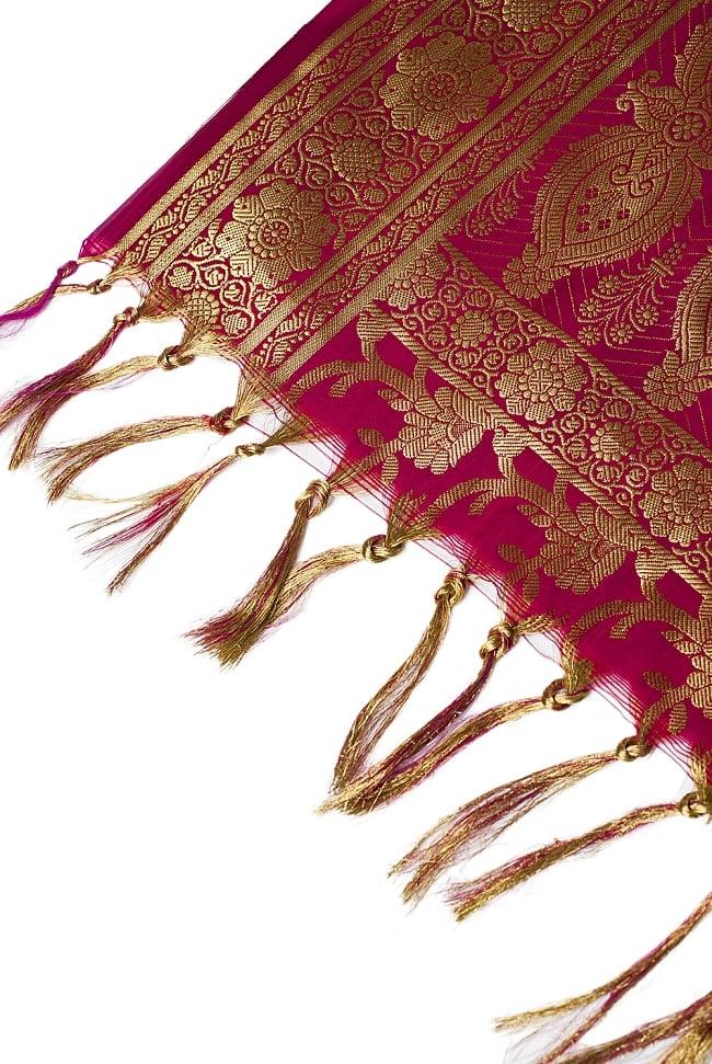 (大判)金色刺繍のデコレーション布 - 唐草・赤 4 - 縁の部分の写真です。フリンジと布の色の組み合わせ綺麗です。
