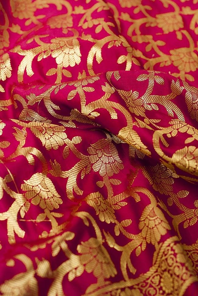 (大判)金色刺繍のデコレーション布 - 唐草・赤 5 - この生地の特徴は光沢感です!ツヤツヤとした触り心地で、陰影がハッキリと出るので、陽の光や照明にとっても映えます。