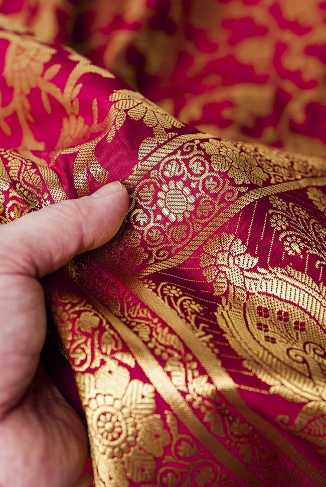 (大判)金色刺繍のデコレーション布 - 唐草・赤 6 - 手でもってみたところです。光沢生地と金色の刺繍がとっても良い組み合わせです。