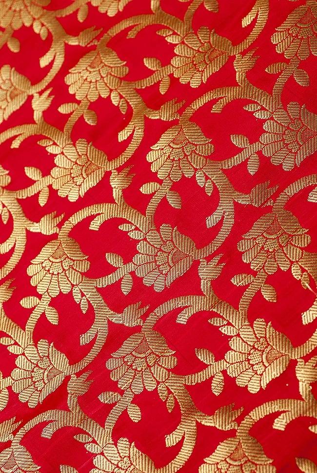 [大判]金色刺繍のデコレーション布 - 唐草・朱色の写真2 - 中央部分周辺の拡大写真です。光沢のある素材感で高級感があります。柄もインドらしくて素敵です。