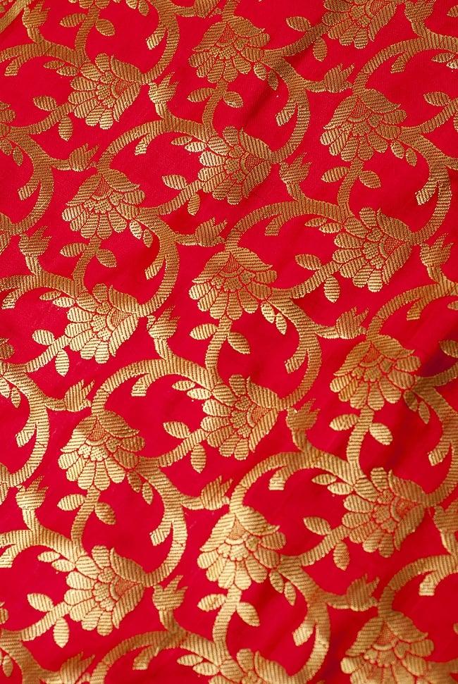 [大判]金色刺繍のデコレーション布 - 唐草・朱色の写真3 - 端に近い方の部分の拡大写真です。エスニックな文様が美しいですね。