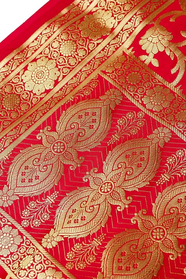 [大判]金色刺繍のデコレーション布 - 唐草・朱色の写真4 - 縁の部分の写真です。フリンジと布の色の組み合わせ綺麗です。