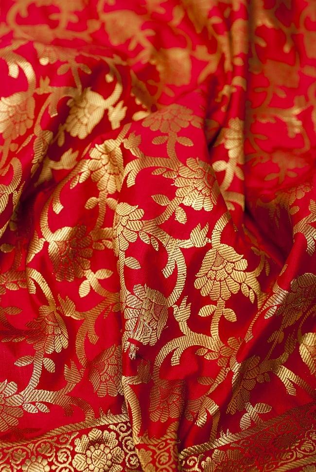 [大判]金色刺繍のデコレーション布 - 唐草・朱色の写真5 - この生地の特徴は光沢感です!ツヤツヤとした触り心地で、陰影がハッキリと出るので、陽の光や照明にとっても映えます。