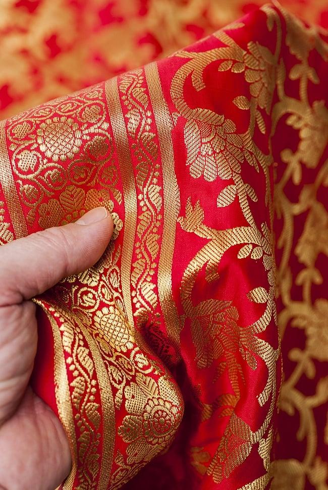[大判]金色刺繍のデコレーション布 - 唐草・朱色の写真6 - 手でもってみたところです。光沢生地と金色の刺繍がとっても良い組み合わせです。