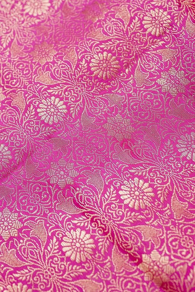 [大判]金色刺繍のデコレーション布 - 伝統模様・ピンクの写真2 - 中央部分周辺の拡大写真です。光沢のある素材感で高級感があります。柄もインドらしくて素敵です。