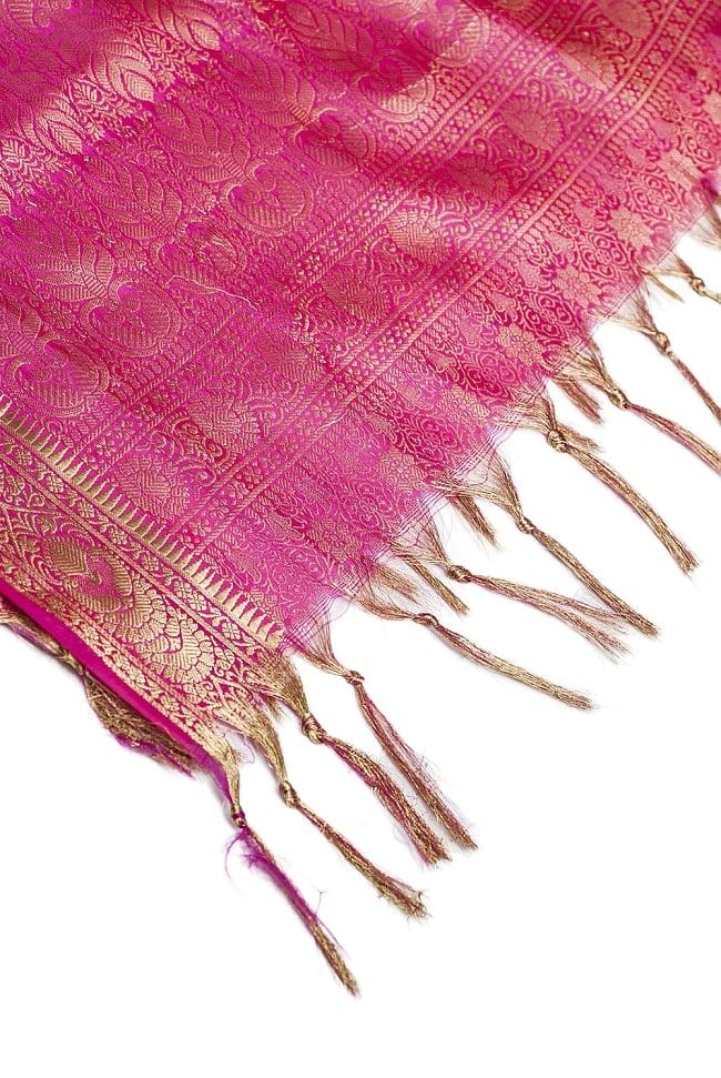 [大判]金色刺繍のデコレーション布 - 伝統模様・ピンクの写真4 - 縁の部分の写真です。フリンジと布の色の組み合わせ綺麗です。
