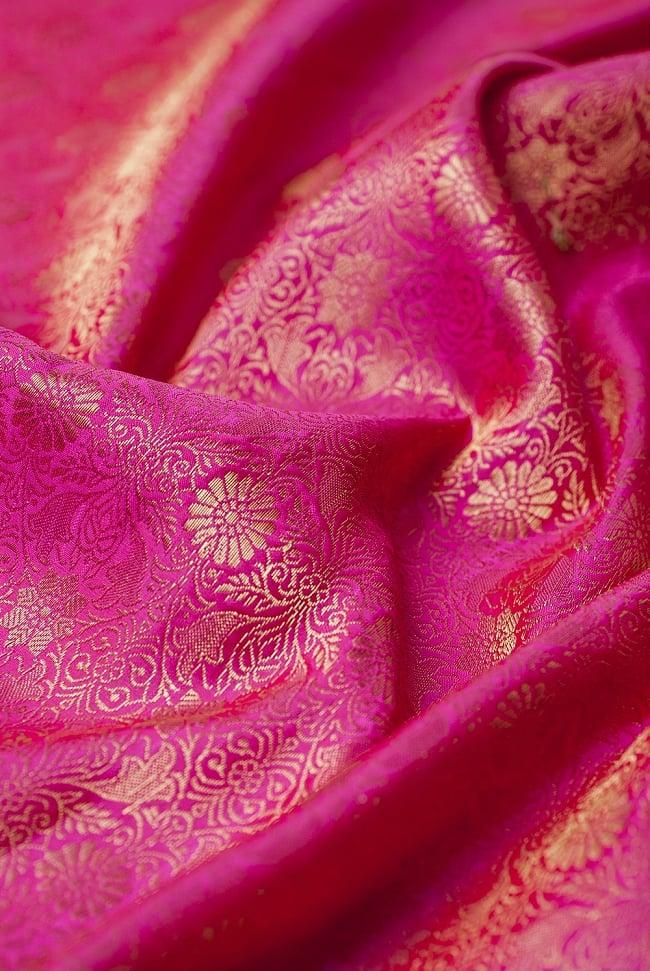 [大判]金色刺繍のデコレーション布 - 伝統模様・ピンクの写真5 - この生地の特徴は光沢感です!ツヤツヤとした触り心地で、陰影がハッキリと出るので、陽の光や照明にとっても映えます。