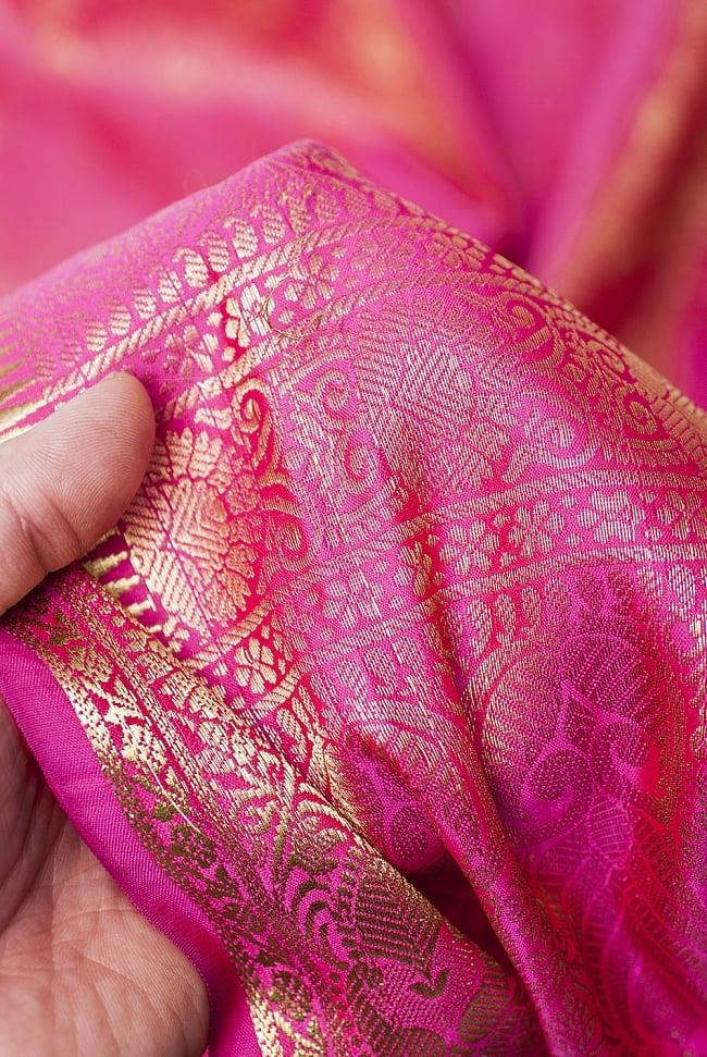 [大判]金色刺繍のデコレーション布 - 伝統模様・ピンクの写真6 - 手でもってみたところです。光沢生地と金色の刺繍がとっても良い組み合わせです。