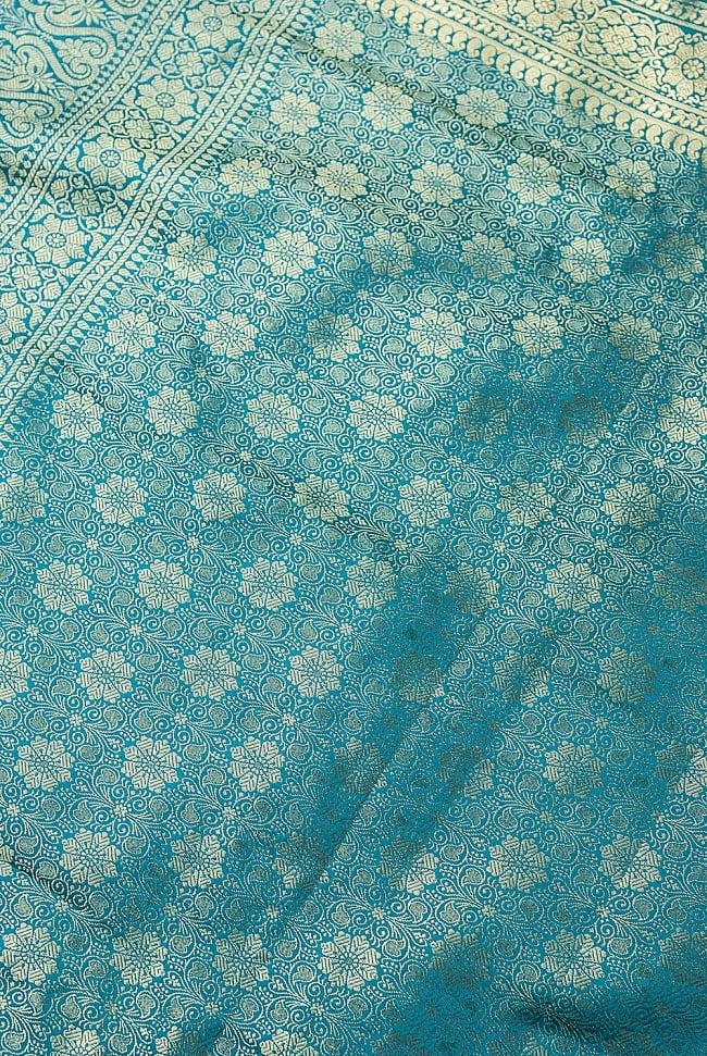 [大判]金色刺繍のデコレーション布 - 花柄・エメラルドグリーンの写真2 - 中央部分周辺の拡大写真です。光沢のある素材感で高級感があります。柄もインドらしくて素敵です。