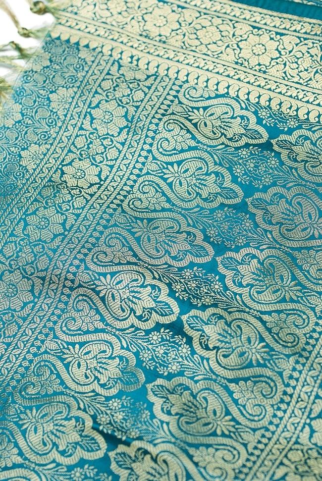 [大判]金色刺繍のデコレーション布 - 花柄・エメラルドグリーンの写真3 - 端に近い方の部分の拡大写真です。エスニックな文様が美しいですね。