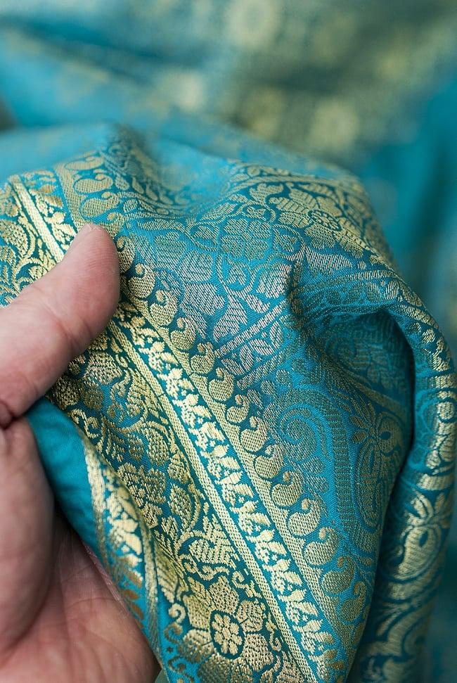 [大判]金色刺繍のデコレーション布 - 花柄・エメラルドグリーンの写真6 - 手でもってみたところです。光沢生地と金色の刺繍がとっても良い組み合わせです。