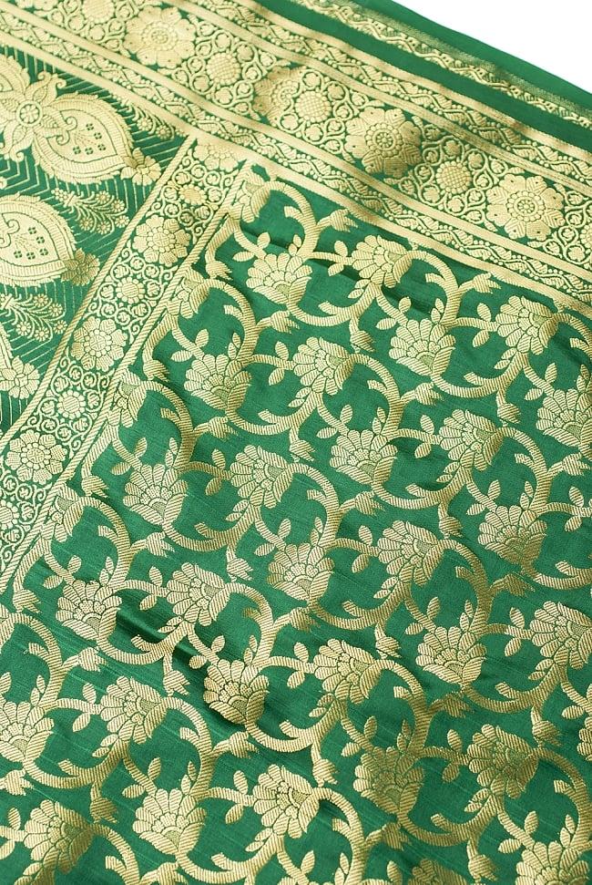[大判]金色刺繍のデコレーション布 - 唐草・緑の写真2 - 中央部分周辺の拡大写真です。光沢のある素材感で高級感があります。柄もインドらしくて素敵です。