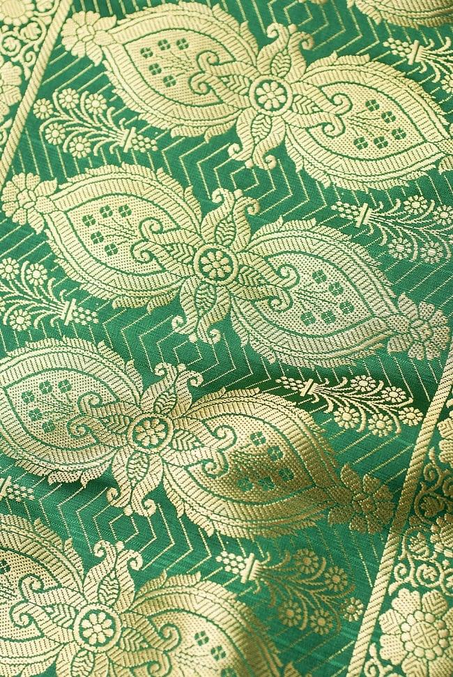[大判]金色刺繍のデコレーション布 - 唐草・緑の写真3 - 端に近い方の部分の拡大写真です。エスニックな文様が美しいですね。