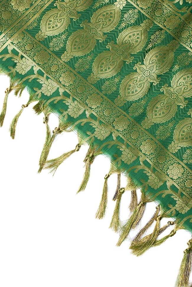 [大判]金色刺繍のデコレーション布 - 唐草・緑の写真4 - 縁の部分の写真です。フリンジと布の色の組み合わせ綺麗です。