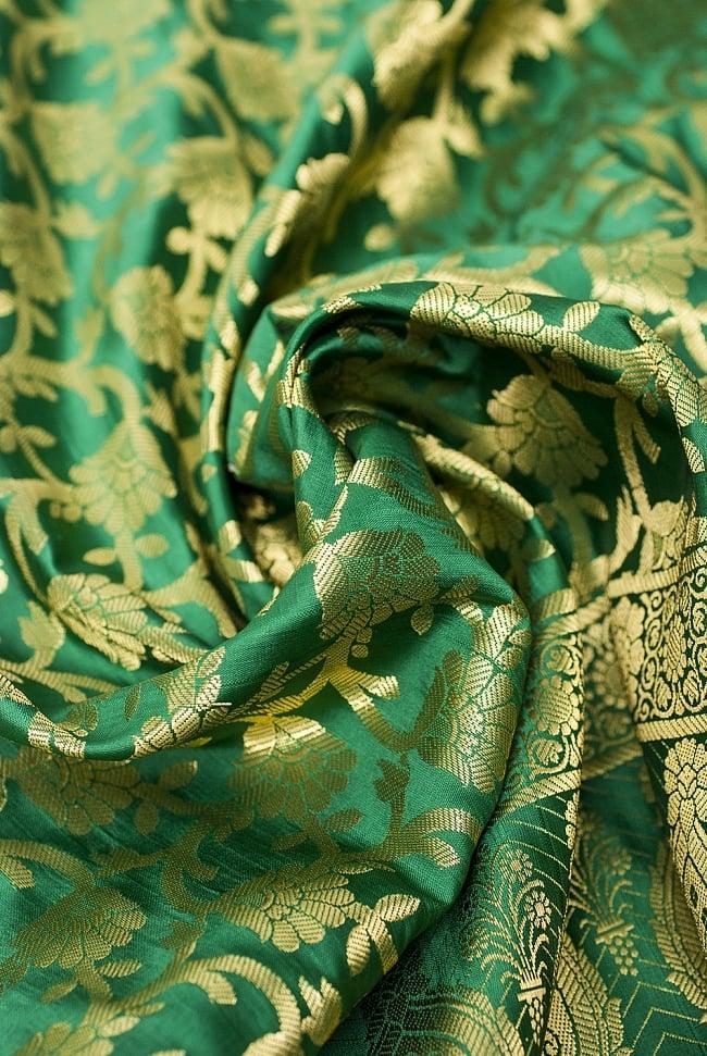[大判]金色刺繍のデコレーション布 - 唐草・緑の写真5 - この生地の特徴は光沢感です!ツヤツヤとした触り心地で、陰影がハッキリと出るので、陽の光や照明にとっても映えます。